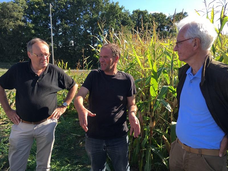 """Piet de Noord en Bert Hinnen in gesprek tijdens de excursie 'beheer en onderhoud""""."""